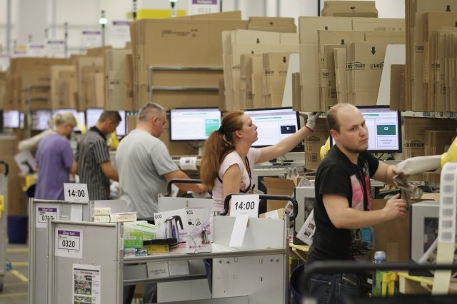 印度的新政策將澈底改變亞馬遜和Flipkart等電商的商業模式。圖為亞馬遜的包裝倉庫。(Sean Gallup/Getty Images)