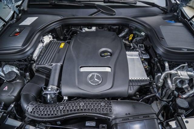 GLC 200車型搭載2.0升渦輪增壓汽油引擎,具184hp最大馬力與300Nm最大扭力輸出。(台灣賓士提供)