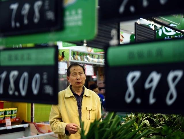 除了豬肉降價,牛羊肉、蔬菜都漲價。有網民問,今年過年吃什麼?圖為大陸一超市(AFP)