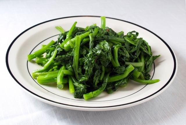 用餐時先吃蔬菜,就能夠幫助節省胰島素,進而達到預防、改善糖尿病、高血壓、血脂異常症等疾病。(Fotolia)