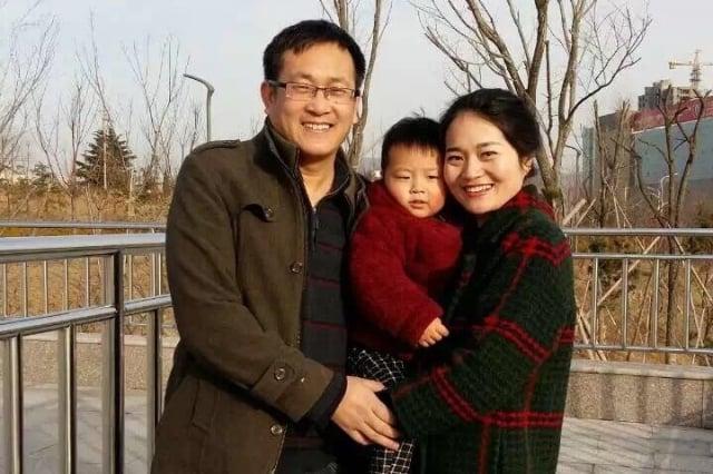 中國維權律師王全璋在被捕前與妻子李文足和兩歲兒子的合影。(李文足推特)