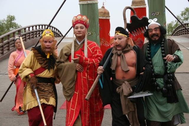 1986年版《西遊記》劇組。左起:孫悟空(六小齡童 飾),唐僧(遲重瑞 飾),豬八戒(馬德華 飾),沙和尚(閆懷禮 飾)。(大紀元資料室)