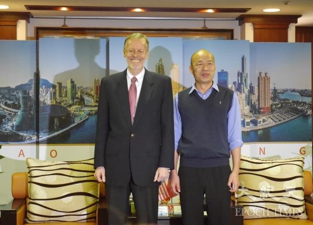 美國在台協會處長酈英傑(左)1月31拜會高雄市長韓國瑜(右),就施政次序、經濟和兩岸等議題進行交流。(記者方金媛/攝影)