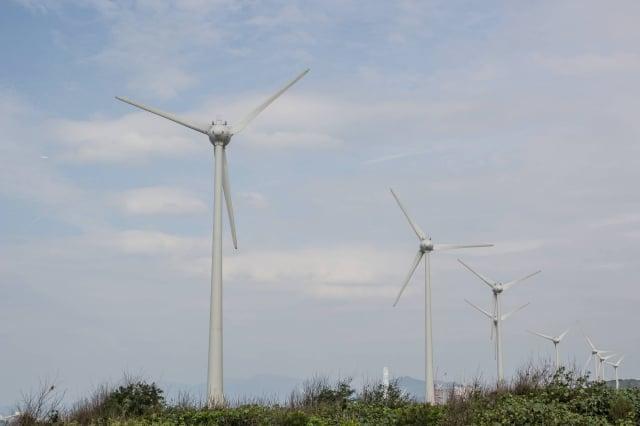 國民黨立委曾銘宗指出,在保證收購20年的狀況下,20年購電支出多出1,300億元,費率實在太高。圖為蘆竹風力發電。(記者王嘉益/攝影)