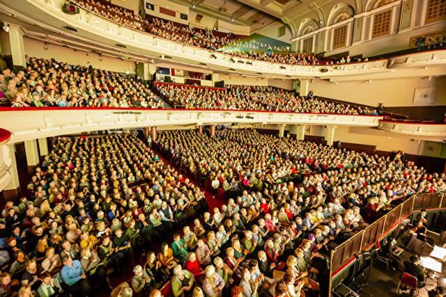 1月25日,美國神韻國際藝術團在愛丁堡劇場(Edinburgh Playhouse)進行了兩場演出,場面洪大,現場爆滿。(記者羅元/攝影)