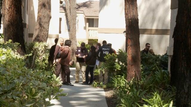 2015年3月,美國執法人員突襲加州的幾十個月子中心。圖為執法人員搜查現場。(記者鄭浩/攝影)