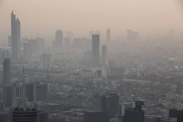 泰國空氣汙染問題嚴重,有關當局日前噴灑糖水,試圖使問題減緩。圖為2019年1月31日,曼谷被煙霧籠罩。(Lauren DeCicca/Getty Images)