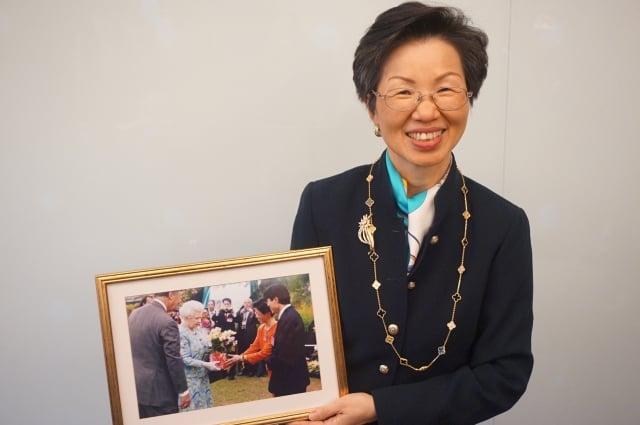 現任海基會董事長張小月,在任駐英代表處長期間,致贈台灣蘭花給英國女王伊莉莎白二世,留下珍貴影像。(記者李怡欣/攝影)