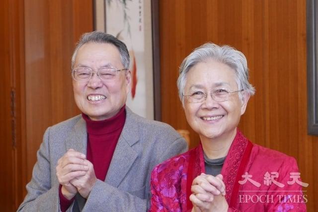 宏碁集團創辦人施振榮(左)11日在家中舉行新春團拜,與夫人葉紫華(右)拱手拜年。(記者郭曜榮/攝影)