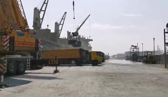 台中港務公司被踢爆放任業者違法露天裝卸進口水泥,導致粉塵擴散、宛若沙塵暴。(台中市政府提供)