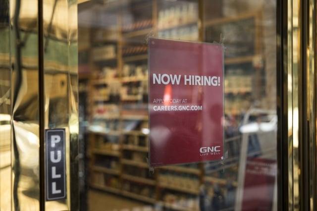 2018年4月,美國的失業率為3.9%,接近歷史低點,企業招聘員工的力道仍然強勁。圖為招募廣告。(Getty Images)