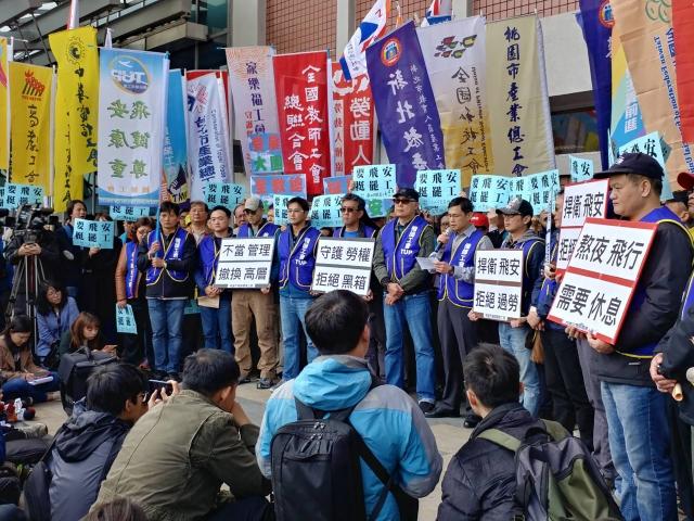 桃園機師工會華航分會8日起展開罷工,多個行業工會11日下午在松山機場外表達聲援,高呼「要飛安、挺罷工」等訴求。(中央社)