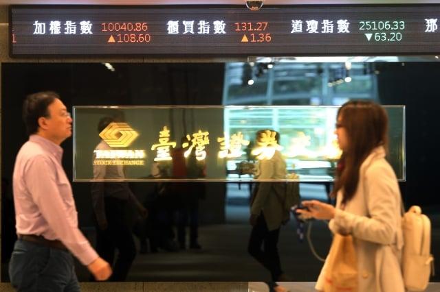 美國股市在新年期間表現亮麗,帶動台北股市補漲行情,11日開紅盤,上漲71點,重返萬點之上。(中央社)
