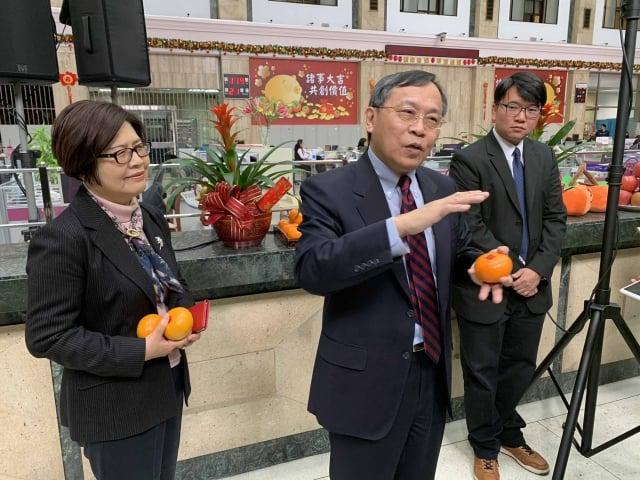 臺銀董事長呂桔誠(中)11日受訪表示,今年全球經濟成長雖然緩慢,但仍十分穩健。(中央社)