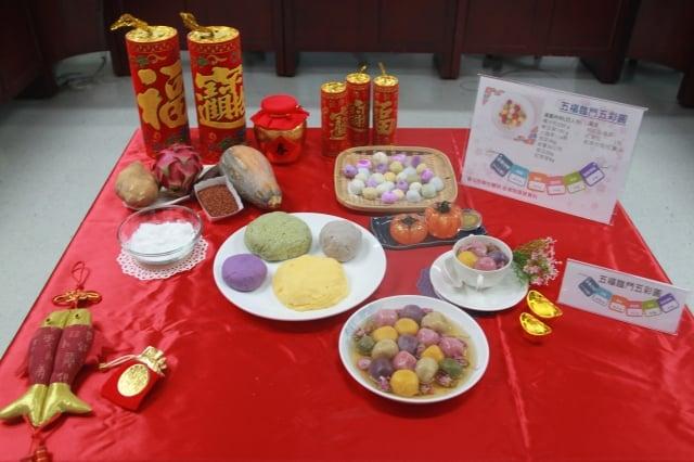 台北市立聯合醫院營養師蕭文君使用天然食材取代食用色素,設計出「五福臨門五彩圓」,主打好看又美味的健康元宵。(台北市衛生局提供)
