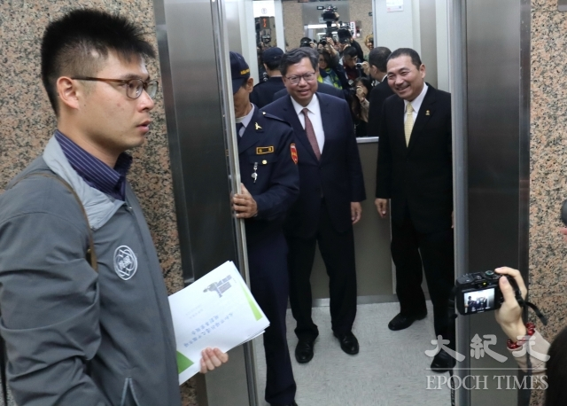 桃園市長鄭文燦(左)與新北市長侯友宜隨即搭電梯上12樓會議室展開雙首長論壇。