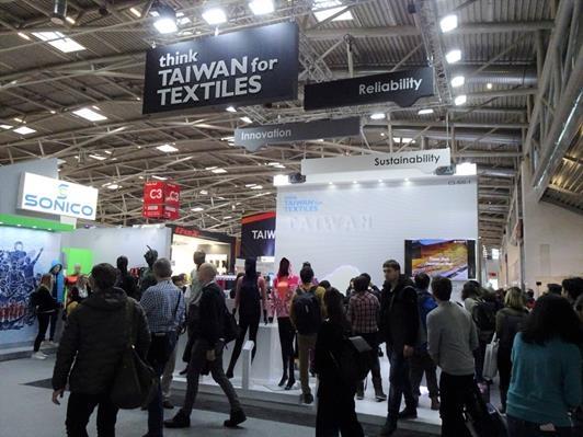 「紡織品整合行銷與商機開發計畫」形象區人潮。(紡拓會提供)