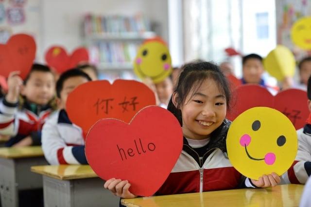 圖為湖北省襄陽市小學生在「世界問候日」繪製問候卡片和笑臉。(大紀元資料室)