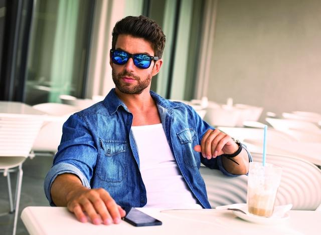 極簡生活可以採用的穿衣哲學之一,就是選擇相同的衣服,對於減法與簡化生活意志堅定的人來說,不失為好的選擇。(123RF)