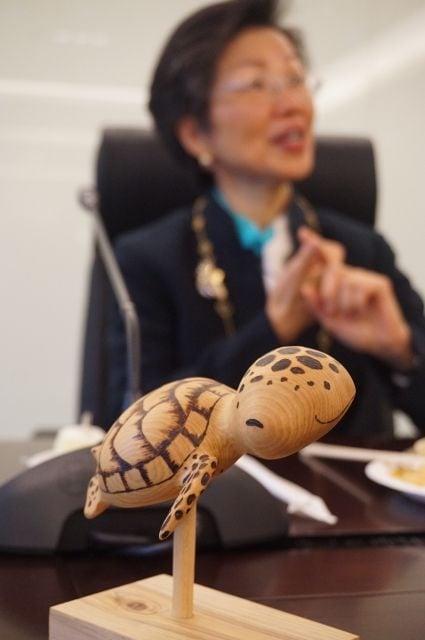 陸配親手雕刻的「龜」,是張小月的珍愛,由於駐外的漂泊不定,「養龜」最好照顧,而她養超過十年的小烏龜日前因台北水質變差結果死掉了,這個擺飾也成了她對「小烏龜」的懷念。(記者李怡欣/攝影)