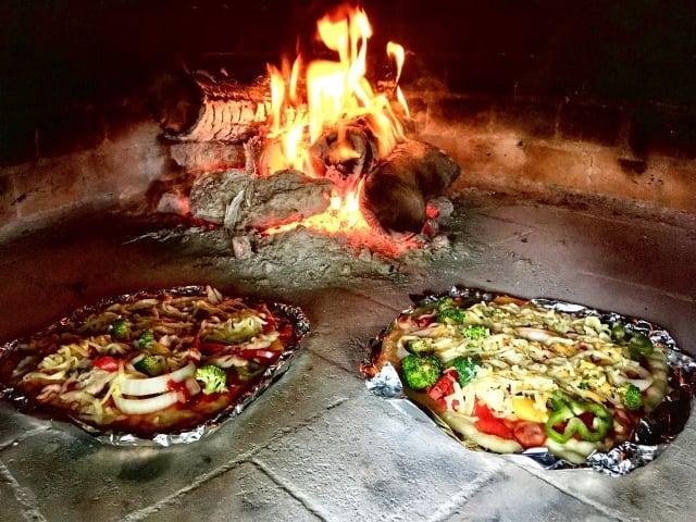 自製的手工窯烤披薩。