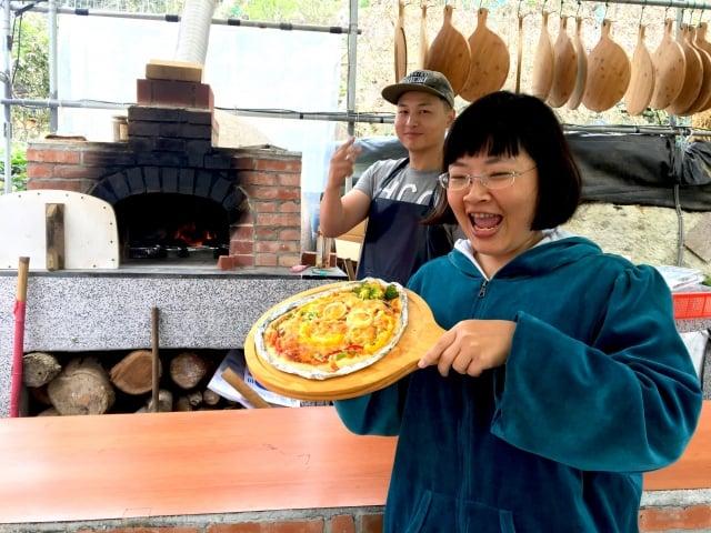 遊客自製可愛的人臉披薩。