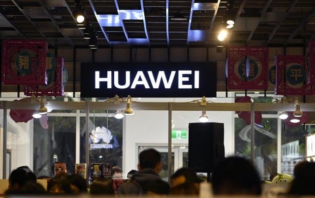 一份新報告揭示,華為採用多種「可疑」策略,企圖竊取蘋果及其他競爭者的商業機密。(Getty Images)