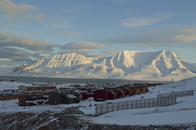 位於北極圈內的挪威小鎮隆雅市(Longyearbyen)禁止人們死亡。圖為2012年3月7日,該鎮的全視圖。(BERIT ROALD / AFP / Getty Images)