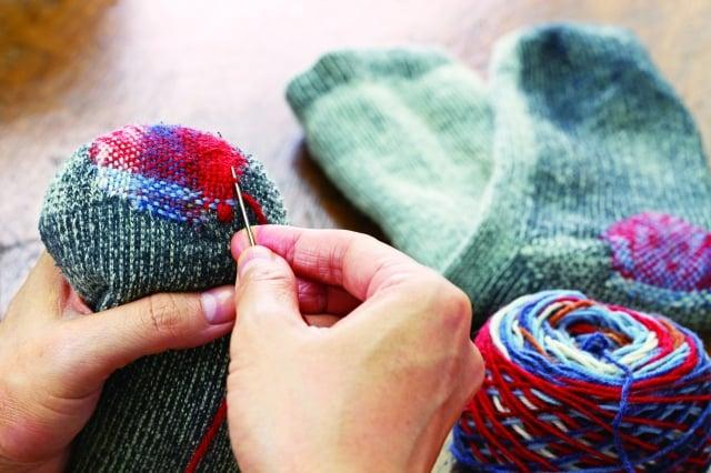 繡補比較專業,好的衣服不小心破洞,可以經由專業的繡補師傅救回來。(123RF)