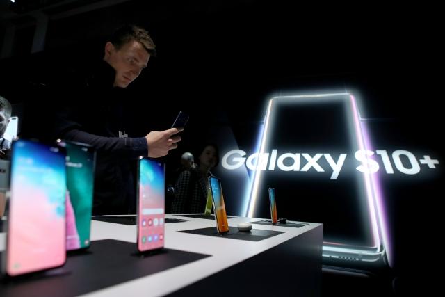 三星Galaxy S10+為S10系列旗艦機。(Justin Sullivan/Getty Images)