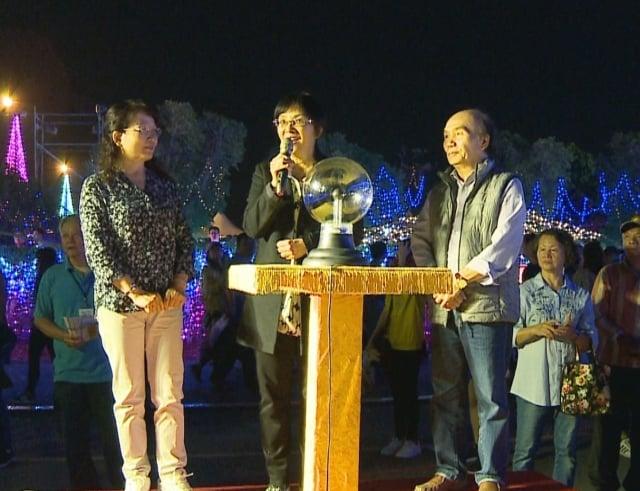 台灣法輪大法學會理事長張錦華(中)希望,法輪大法傳統藝術花燈,給大家帶來光明的正能量,迎向更健康幸福美好的一年。並邀請全國鄉親及各國遊客來法輪功燈區賞燈。