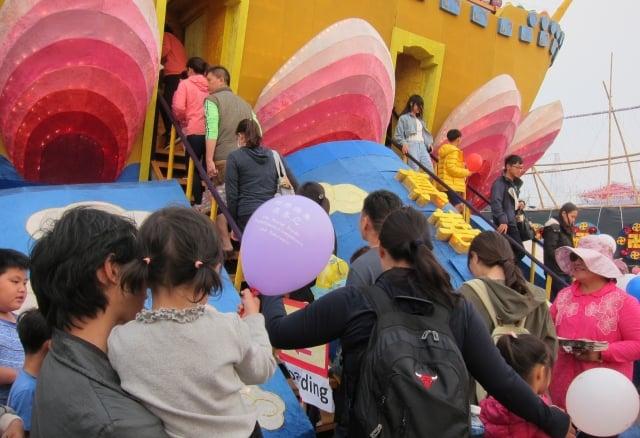 台灣燈會佳評如潮,巨大「法船」花燈璀璨吸睛,從試營運到正式開幕後,每天吸引眾多民眾排隊登船拍照。