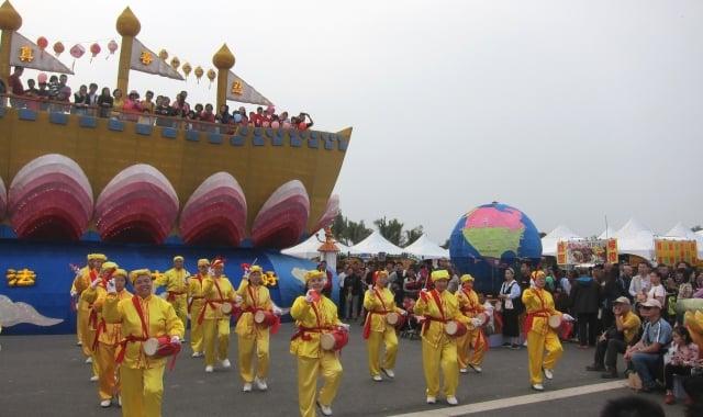 法輪功學員腰鼓隊表演,吸引許多民眾圍觀拍照。