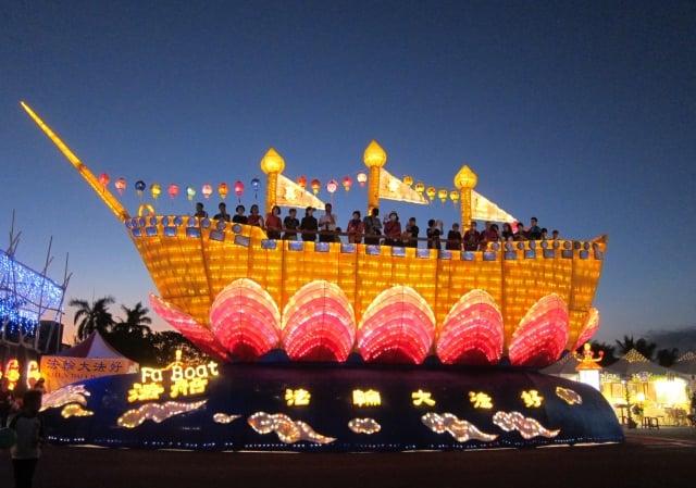 法船花燈,遊客可以登上船頂觀景。