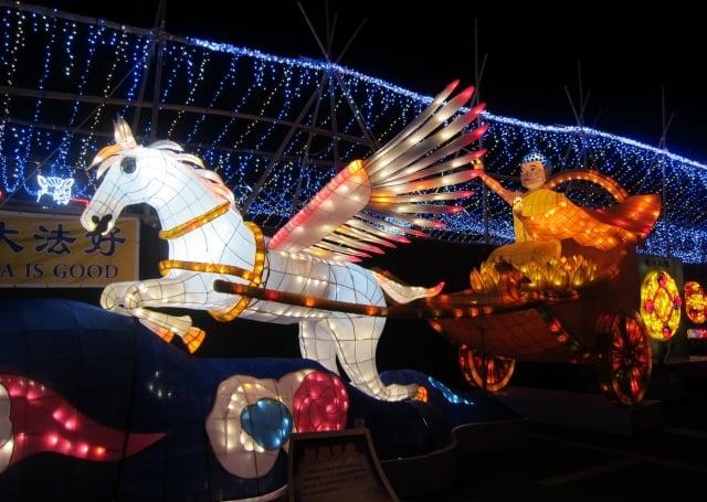 法輪大法燈區展出的「神駒天車」花燈。