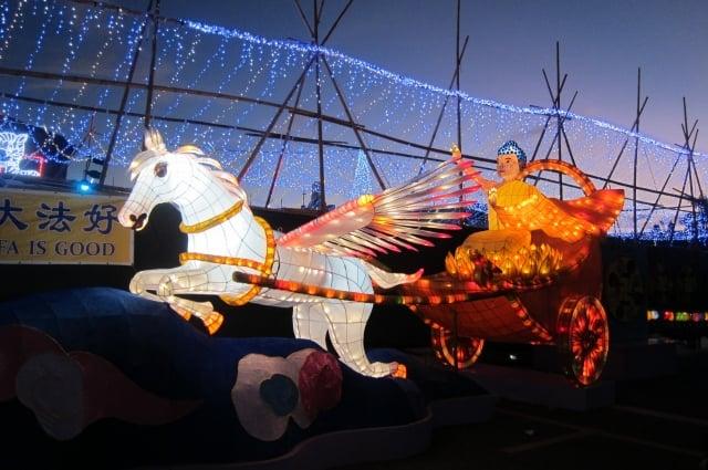 法輪大法學會「神駒天車」花燈訴說覺者轉輪聖王,駕著天車從天而降下世度人。