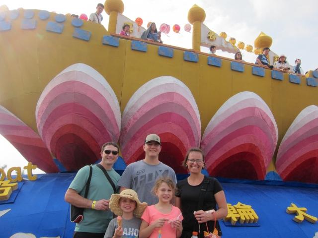 來自美國愛荷華州遊客,全家人開心的在「法船」花燈前拍照留念。