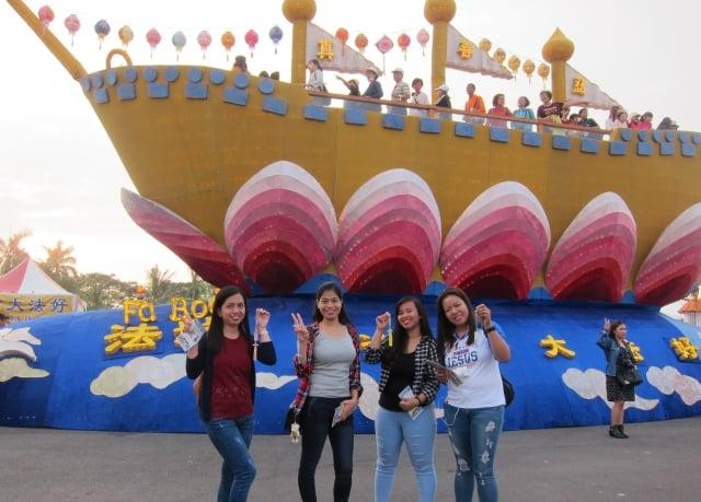 來自菲律賓的裘莉和3位朋友,拿著象徵祝福的蓮花吊飾開心與「法船」合影。