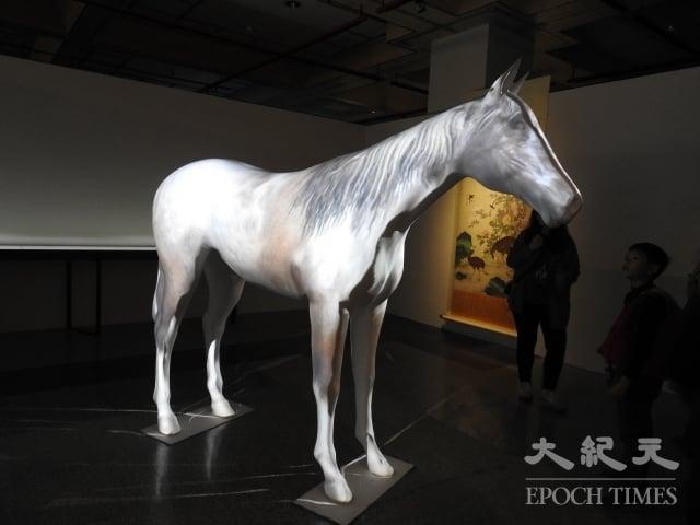 百駿變以投影技術呈現郎世寧百駿圖中百匹駿馬的不同色澤。