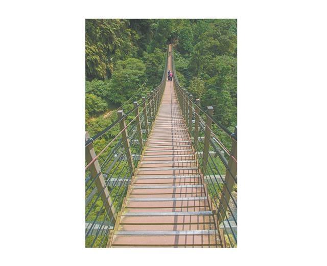 天梯懸跨兩山,有如漫步山谷中的一抹微笑,深情望著我,也不自覺嘴角上揚起來。(123RF)