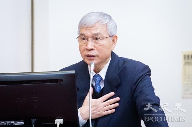 央行總裁楊金龍7日自評一周年來分數比不上前總裁彭淮南,但希望市場至少給予及格的分數。(記者陳柏州/攝影)
