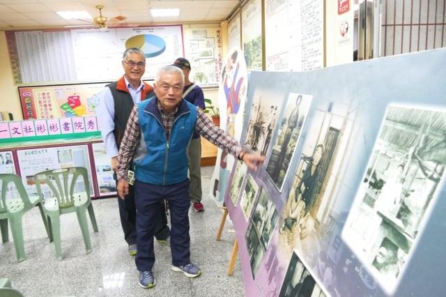 鹿谷村長劉御常為民眾導覽老相片。(記者黃淑貞/攝影)