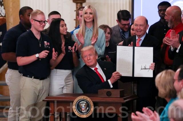 2018年7月19日,在「對美國工人的承諾」活動上,川普簽署行政令。(記者Samira Bouaou/攝影)