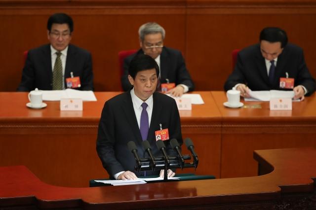 3月8日,中共人大委員長栗戰書說,今年「將集中力量,確保《房地產稅法》的調研、起草等工作如期完成」。(Lintao Zhang/Getty Images)