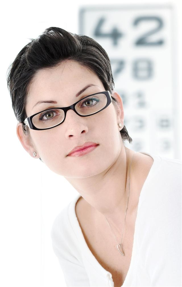 提升亮點化妝術!眼鏡屬於臉上的重點配件,就讓妝容只留下大焦點搭配吧!(Fotolia)