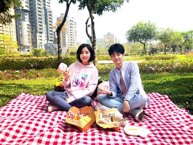 超人氣「學姐」黃瀞瑩與男星張行,邀請民眾一起迎接臺北市的春天。(台北市觀傳局提供)