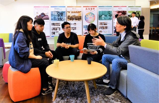 逢甲大學成立全國第一所「創能學院」,找來科技業名人翟本喬(右)協助規劃。