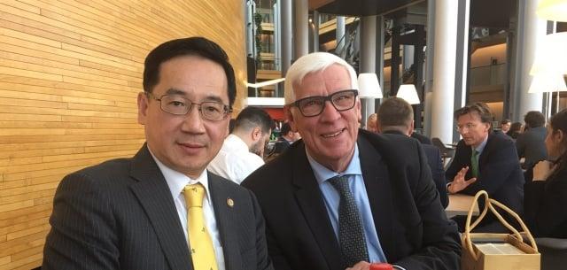 中華民國監察委員張武修(左)12日分別與歐洲議會議員貝柏士(Bas Belder)及其他共6位歐洲議員會晤。(張武修提供)