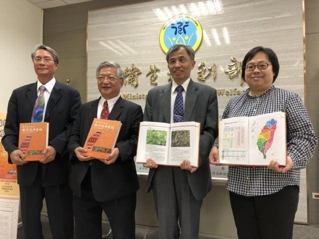 台灣先人的傳統醫藥知識,原住民族的藥用植物經驗是一大寶庫,衛福部3月13日發布最新版本的「台灣原住民族藥用植物彙編」。(記者施芝吟/攝影)