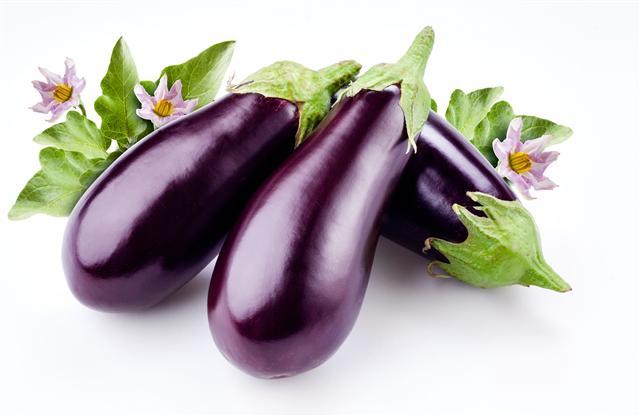 茄所含龍葵素,能預防或抑制消化系統癌症,茄葉主治寒熱、五臟勞損,茄根可散血消腫。(Fotolia)